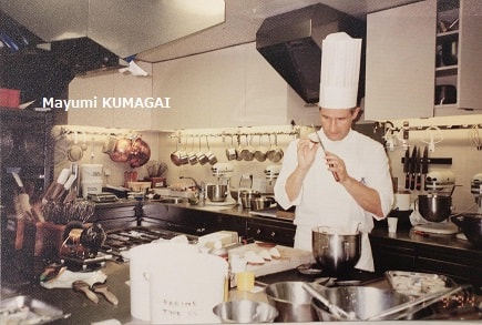 パリに留学時代のリッツ・エスコフィエ料理学校のタルトの授業で。シェフがバルケットオマロン(マロンのタルトレット)の最後の         仕上げ