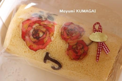 生徒さんにプレゼントした薔薇の図案とイニシャル入りで焼いたデコロールケーキ