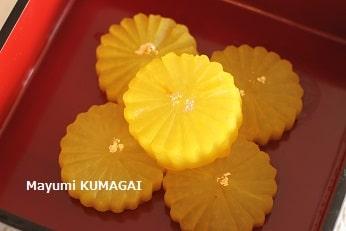 令和元年にターメリック入りのおだしで煮た黄色の皇室の菊花紋でつくったふろふき大根。
