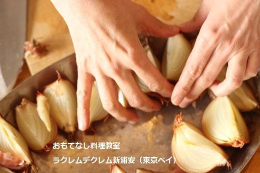 料理教室でおもてなし料理を実習する生徒さんたち