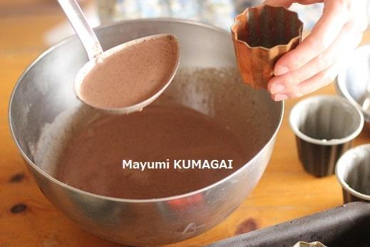 チョコレートのカヌレ液を型にいれる